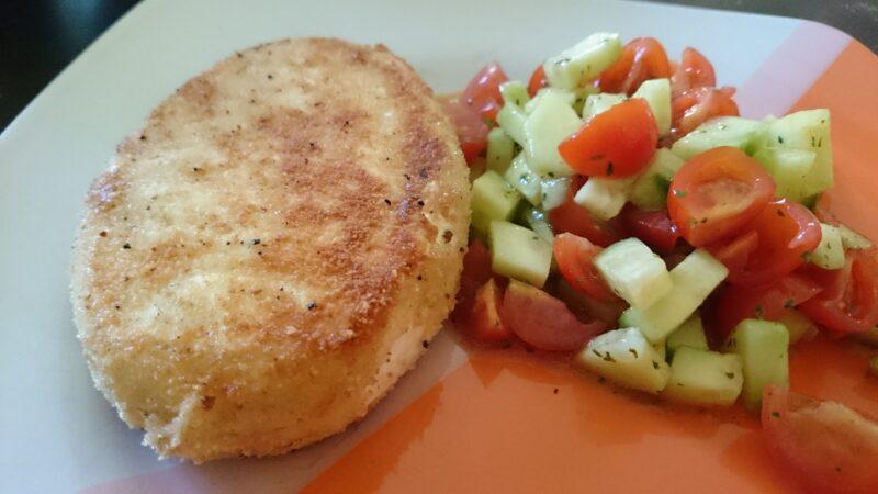 Für den Sommer perfekt: Salat mit gebackenem Camembert
