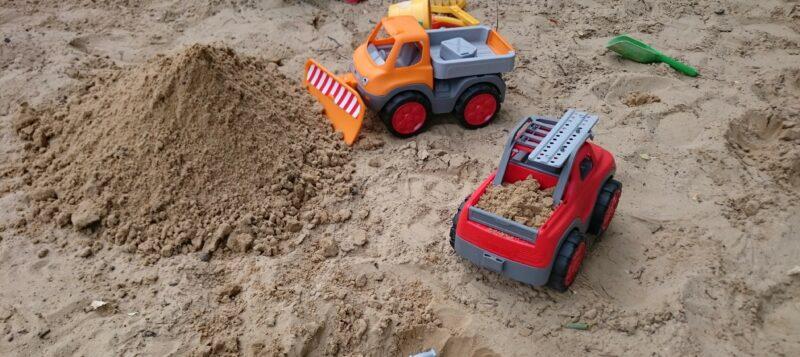 Mit den BIG-Power-Workern geht es durch den Garten und Sandkasten