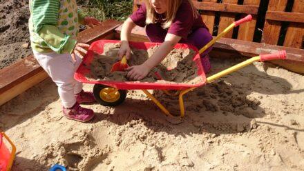Gartenarbeit, Matschen und Co. mit der Kinderschubkarre von IZZY-SPORT