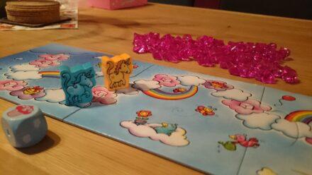 """Spiel mit!: Mit HABA´s """"Einhorn Glitzerglück"""" über die Wolken ins Juwelenparadies"""