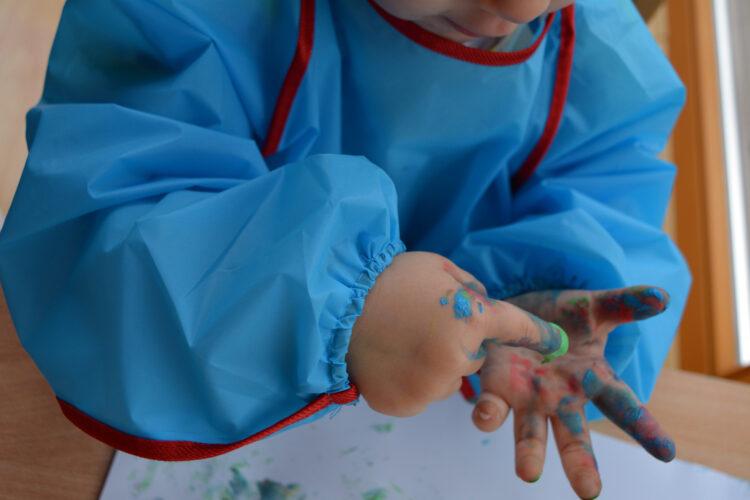 Fingerfarben und Malerkittel