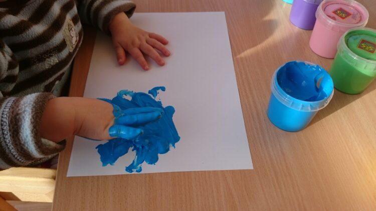 Mit Fingerfarben malen