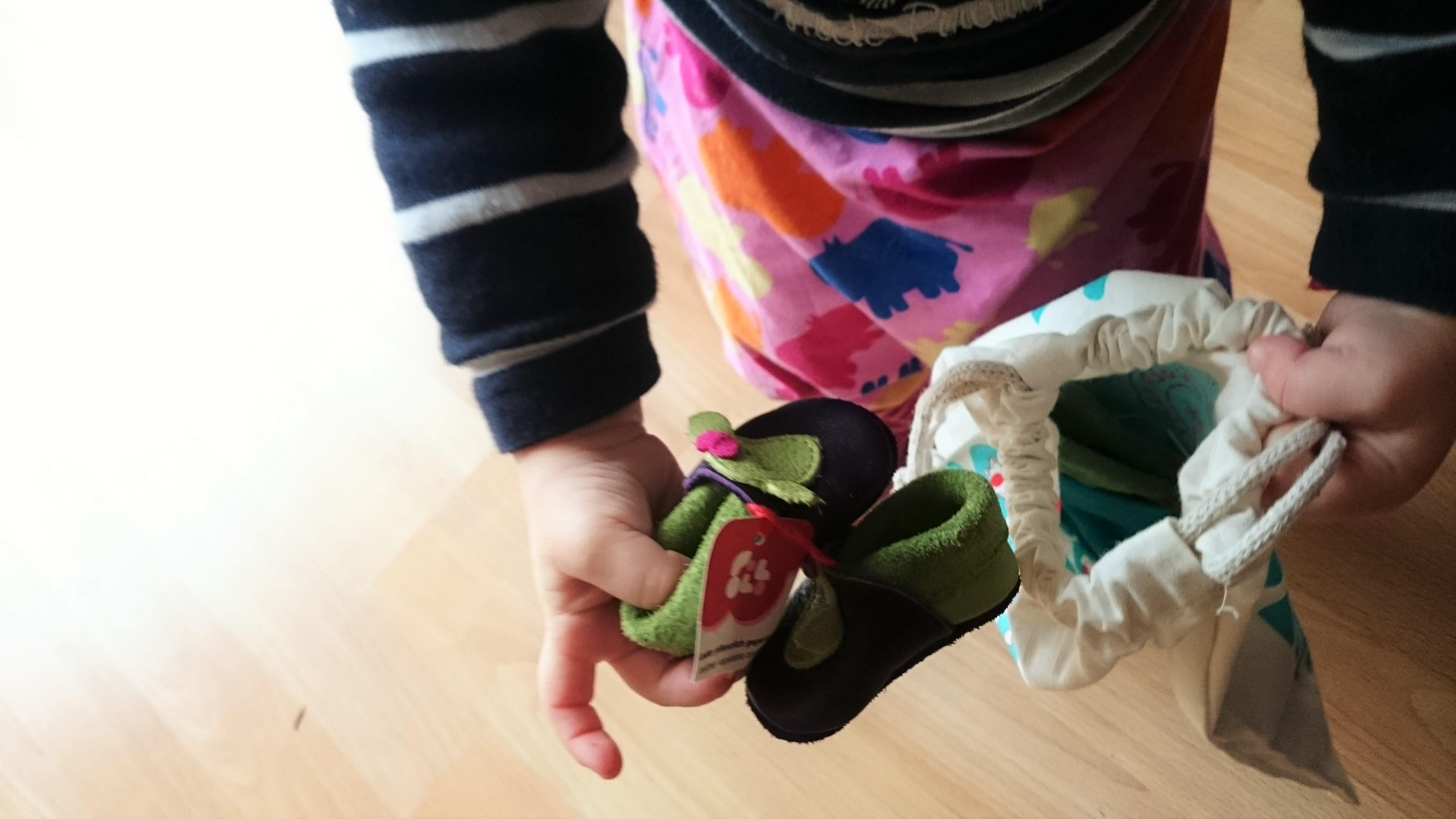 Süße Schuhe: Mit Biene Susi von POLOLO gegen das Bienensterben!