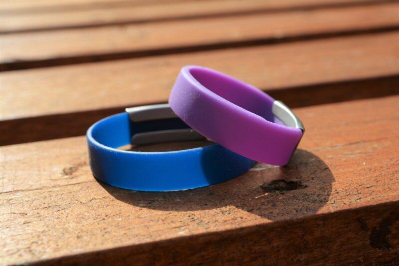 Mit den ID-Armbändern von Djuva im Urlaub