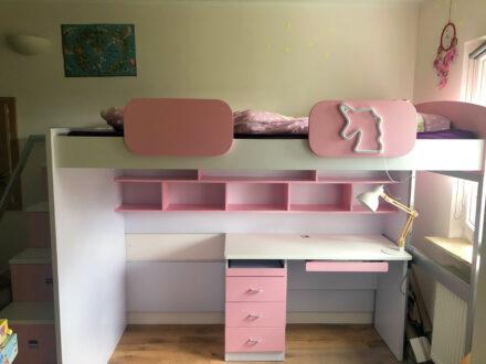 Leonies neues Hochbett mit viel Stauraum und einem eigenen Schreibtisch!