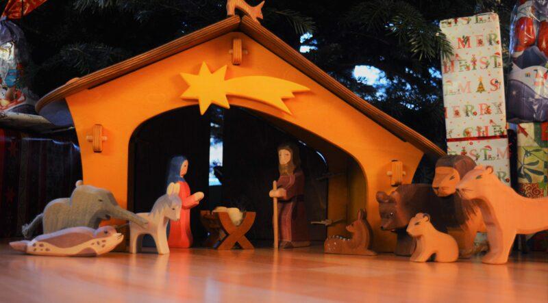 Und jedes Jahr aufs Neue freue ich mich auf dich! – Unser Holzkrippenstall von Ostheimer
