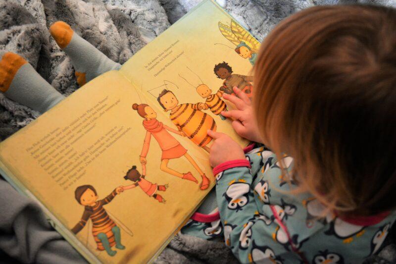 Weihnachten in einem Kinderbuch verpackt: Die kleine Hummel Bommel feiert Weihnachten + GEWINNSPIEL