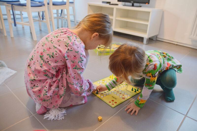 Ein abenteuerlicher Kurzurlaub mit farbenfroher Kinderkleidung auf dem Campingplatz Krossinsee in Berlin