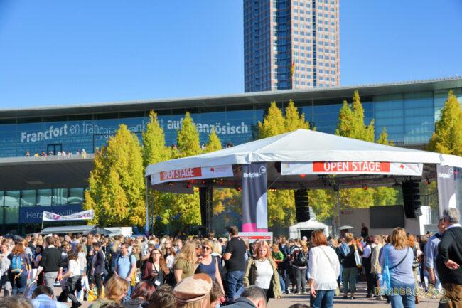 Frankfurter Buchmesse Tag 2, Teil 1: Ich versinke im Büchermeer und treffe zwei meiner Lieblingsautorinnen!