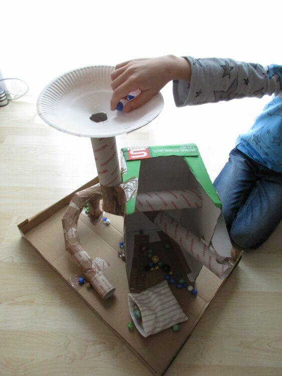 Basteln mit Klopapierrollen Toilettenpapierrollen Küchenpapierrollen Murmelbahn