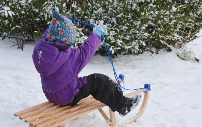 Ein Tag im Schnee mit großem Rodelspaß, einer Schneeballschlacht und Isbjörn of Sweden