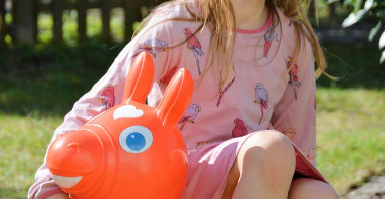 Gartenliebe im Frühling mit Smafolk Garten Kinder Kindermode Kinderkleidung skandinavisch Papagei
