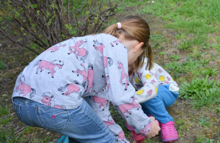 Gartenliebe im Frühling mit Smafolk Garten Kinder Kindermode Kinderkleidung skandinavisch Pony Pferd
