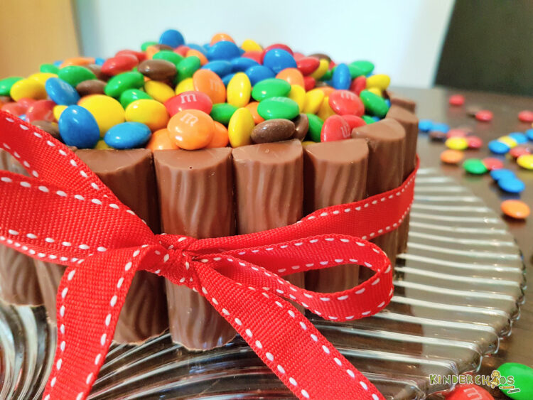 Geburtstagstorte Kinder Schokolade M&Ms Duplo Schokoriegel Schokoladentorte Schokoladenkuchen Kindergeburtstag Geburtstagskuchen kunterbunt Poolparty backen Rezept