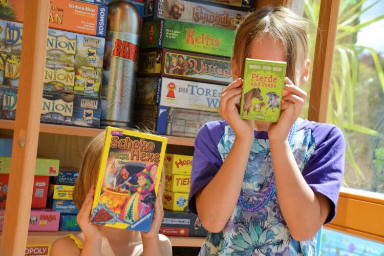BioKinder Bio Regal Schrank Lara Erle Erlenholz Massivholz Kinderzimmer Möbel Spiele Spieleschrank Bücherregal Schokohexe Pferde und Ponys
