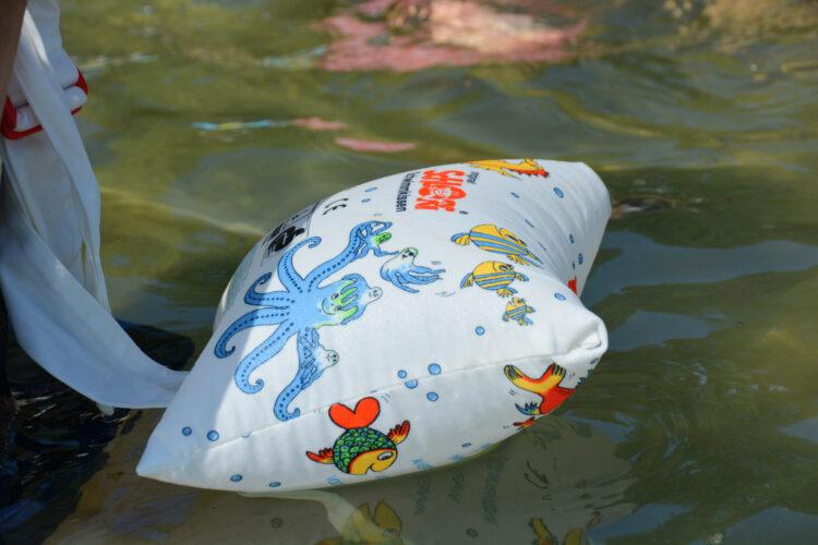 Schlori Schwimmkissen im Wasser
