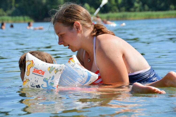 Mit Mama schwimmen lernen