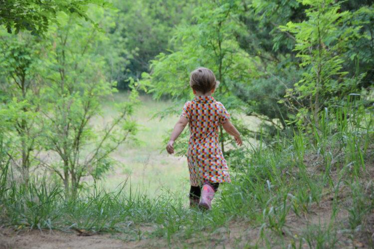 Ella läuft zum nächsten Geocache
