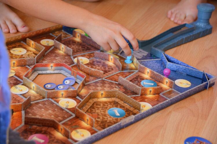 Kinder spielen Kakerlacula