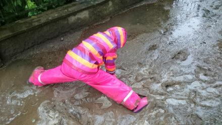 Ein Fingerspiel für Regentage: Es regnet ganz sacht