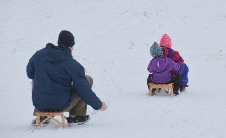 Fingerspiel zur Winterzeit: Fünf Brüder gehen durch den Wald…