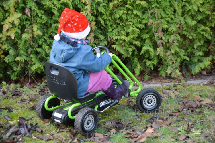 Weihnachtsmann fährt Go-Kart