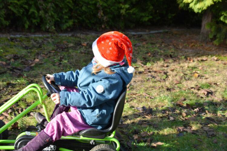 Weihnachtsmann Kind fährt Go-Kart
