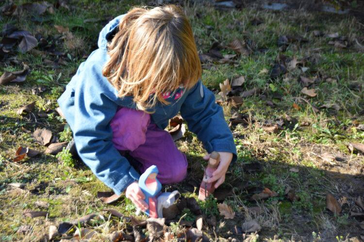 Kind spielt mit Ostheimer
