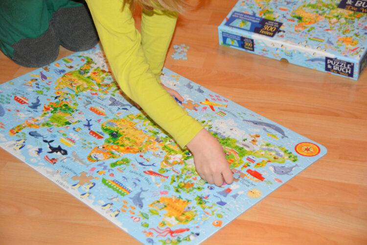 Kind puzzelt Weltkarte