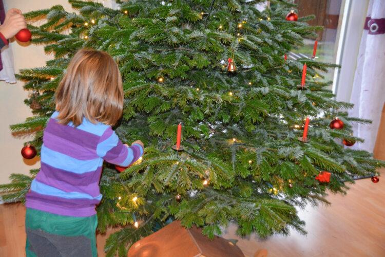 Weihnachtsfest Baum schmücken