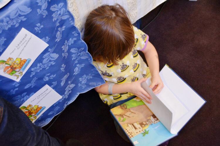 Kinder liest auf Buchmesse