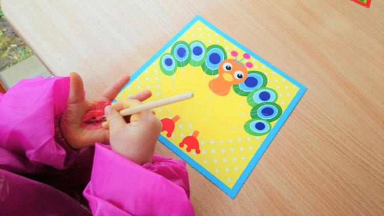 Kinderhände mit Fingerfarben