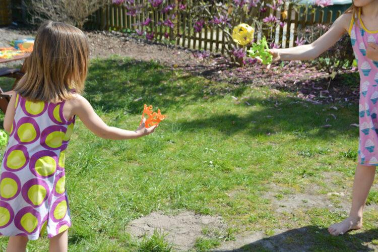 Kinder spielen mit Binabo