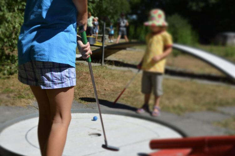 Minigolf mit Kindern