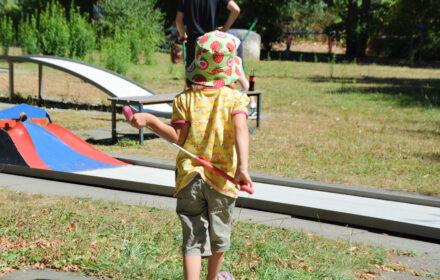 Die Sonne lacht! – Wart ihr schon mit euren Kindern Minigolf spielen?