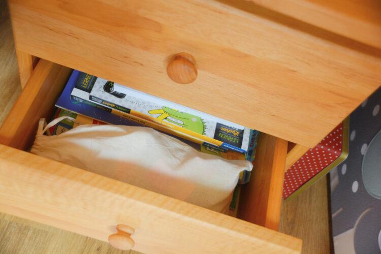 Vorschulinder-Rätselhefte im Schreibtisch