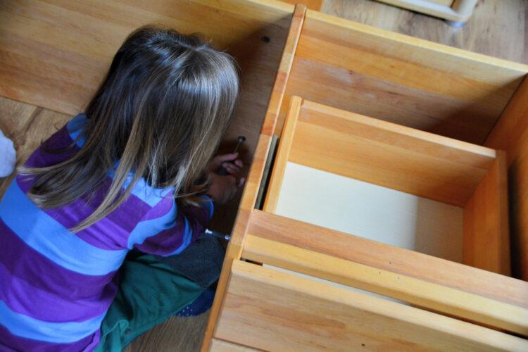 Kinderschreibtisch Emil zusammenbauen