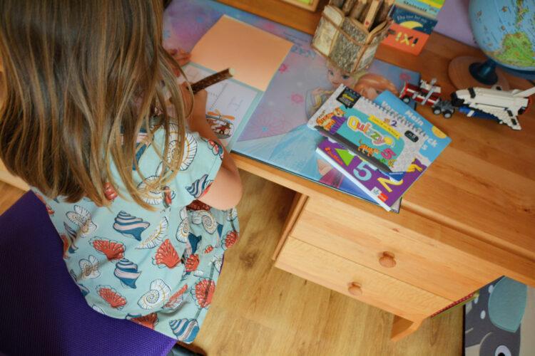 Kind am Kinderschreibtisch von BioKinder