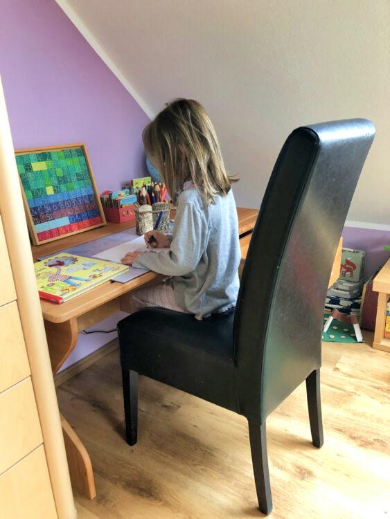Malen am neuen Schreibtisch
