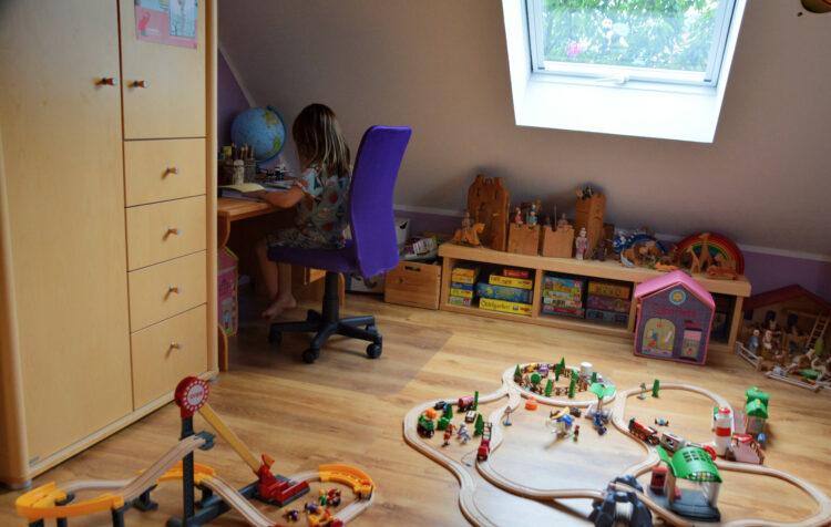 Kinderzimmer mit Holzspielzeug