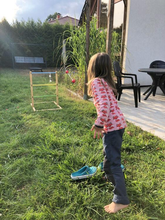 Kind spielt Leitergolf