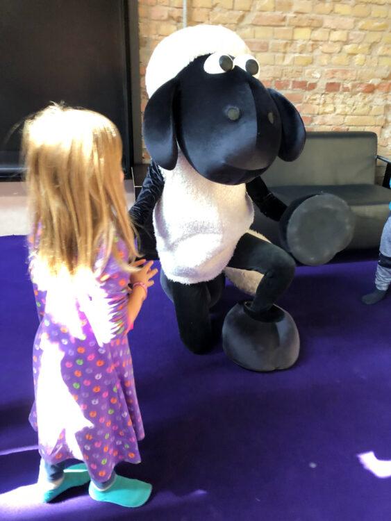 Kind trifft Shaun das Schaf