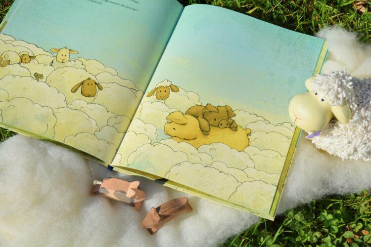 Krümel und Fussel umgeben von Schafen