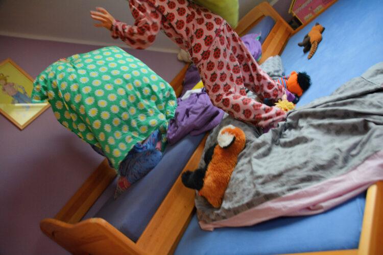 Kissenschlacht im Kinderzimmer