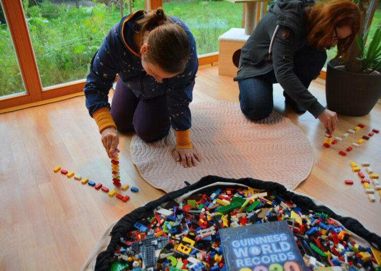 Familien-Weltrekord mit Legosteinen