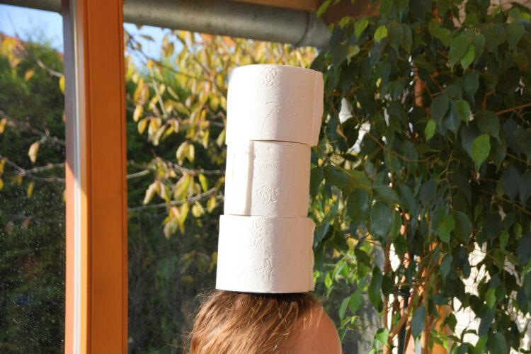 3 Toilettenrollen auf dem Kopf