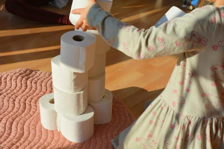 Toilettenpapierrollen stapeln