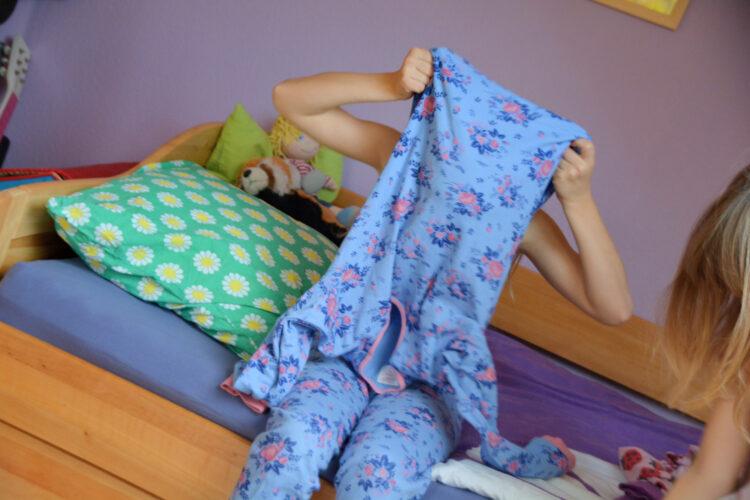 Schlafanzug anziehen