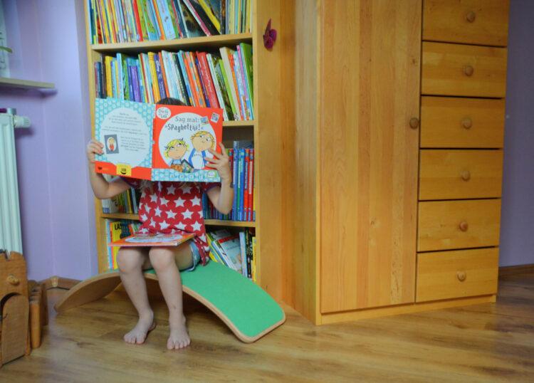 Wobbel vor dem Bücherschrank