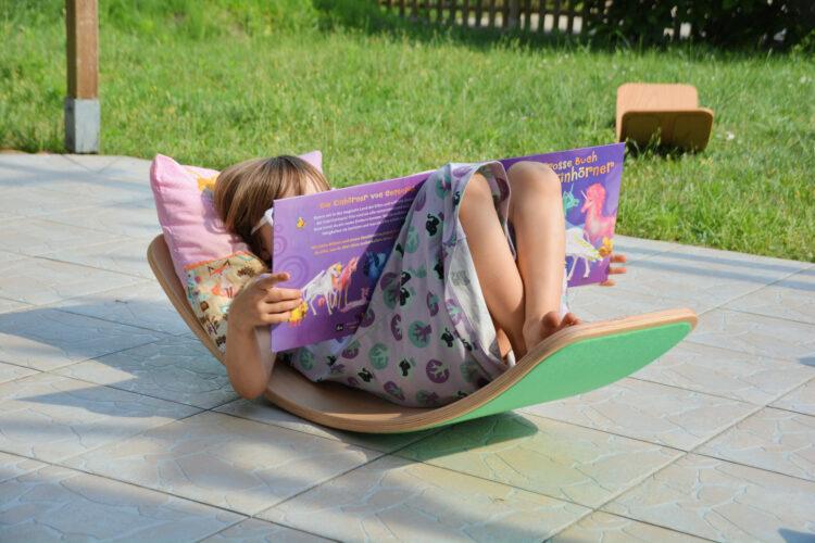 Kind liest auf Wobbel